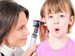 из уха течет желтая жидкость у ребенка