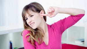 при жевании щелкает в ушах